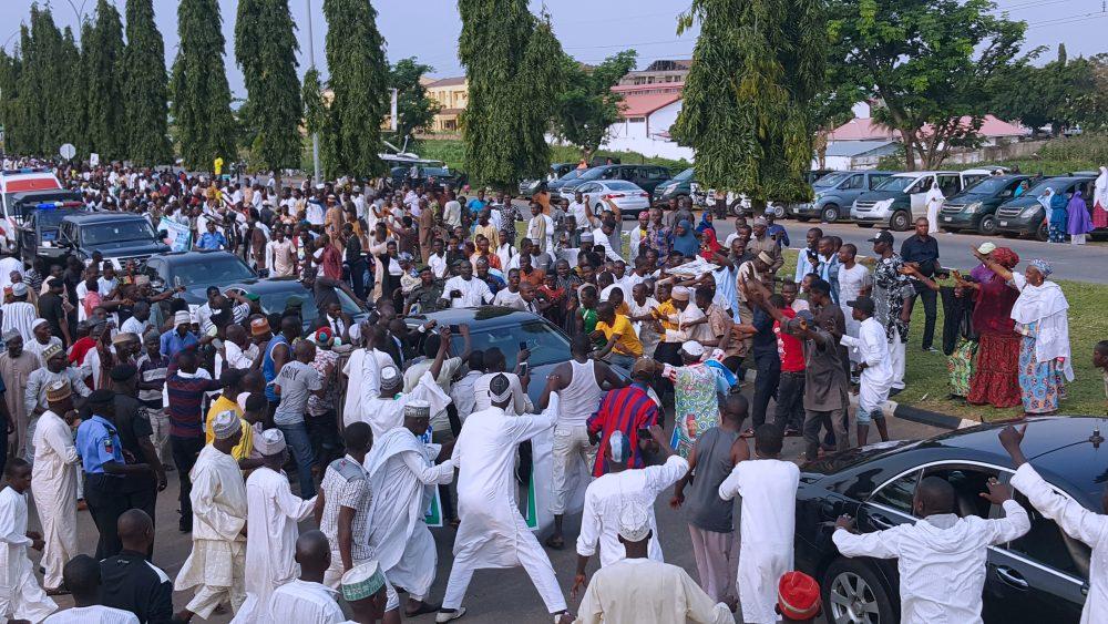 Crowds swarm to see Buhari arrive Abuja