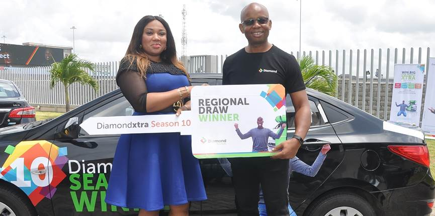 Catherine Onwusonye, receiving the Diamondxtra regional Star prize, a Hyundai Salon Car from Uzoma Dozie, CEO, Diamond Bank Plc. at the DiamondXtra Season 10 regional draw prize presentation Ceremony held in Lagos recently.