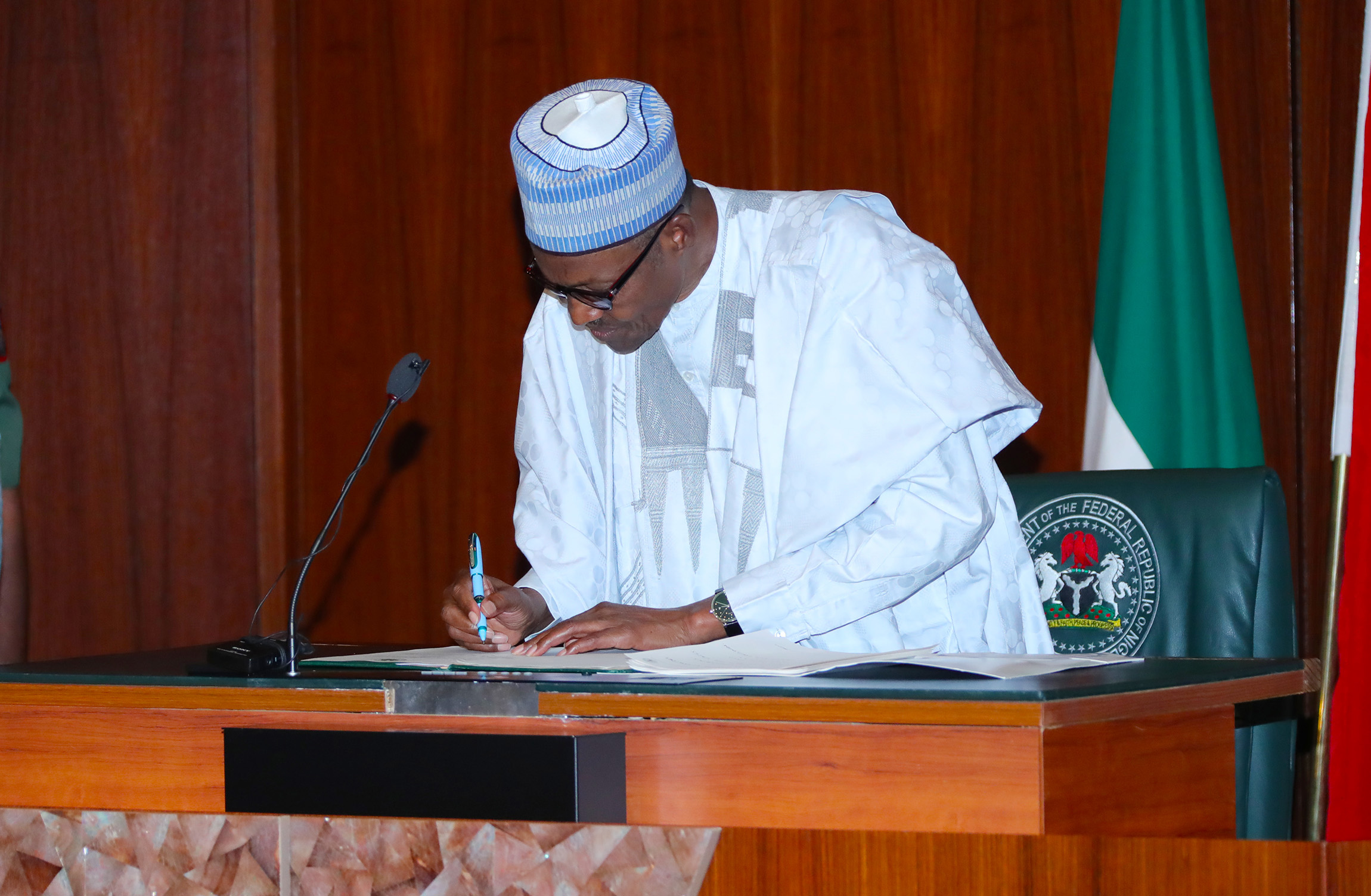 PRESIDENT BUHARI SIGNS EXECUTIVE ORDER 6 PIC 1B. President Muhammadu Buhari signs into Law Executive Order 6 on the Preservation of Suspicious Assets Connected with Corruption held at the Council Chambers State House, Abuja. PHOTO; SUNDAY AGHAEZE. JULY 5 2018.